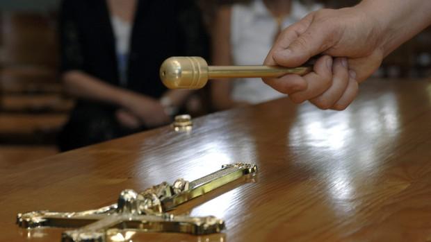 25 juin 2006: Geste de bénédiction sur le cercueil d'un défunt. Crématorium de la Balme de Silingy (74), France