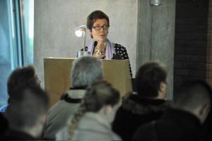 17 octobre 2013 : Patricia DUCHESNE, aumonière, dirige la cérémonie des obsèques au crématorium du cimetière intercommunal des Joncherolles, Villetaneuse (93), France.