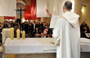 15 avril 2012: Benediction finale, Première messe dominicale du Fr. Frédéric Marie à l'égl. Saint Rémi de Gif sur Yvette (91), France.