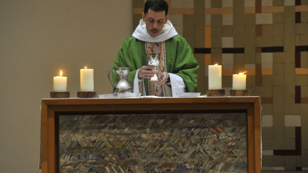 18 janvier 2015 : Prière eucharistique lors de la messe dominicale présidée par Fr. Camille, dans l'église du couvent dominicain Saint Jacques. Paris (75), France. January 18th, 2015. Sunday mass in the dominican convent of Saint Jacques. Paris (75) France.