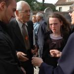19 octobre 2006: Des laïcs accueillent la famille avant les funérailles, egl. Saint Martin, Sucy en Brie (94), France.