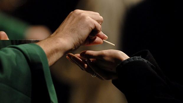 14 novembre 2007: Communion lors de la messe des étudiants qui, traditionnellement, marque le début de l'année universitaire des jeunes catholiques franciliens, Notre Dame de Paris (75), France.