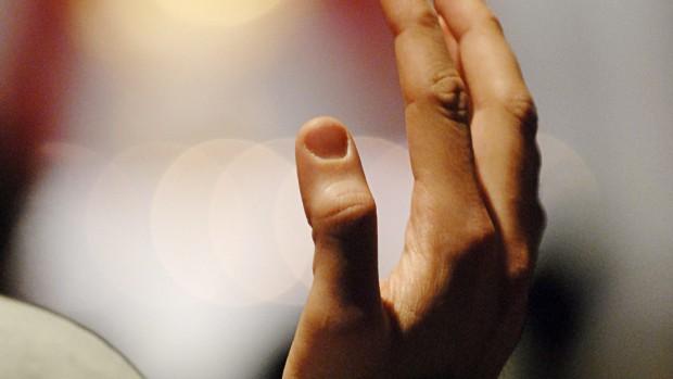 """12 avril 2008: Jeune en prière lors du rassemblement organisé par """"jeunesse 2000"""", 48 h pour Jésus avec les Franciscains du Bronx, Paris (75), France."""