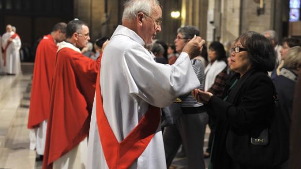 8 octobre 2011 : Un diacre nouvellement ordonné donne la communion lors de sa messe d'Ordination, Cath. Notre Dame, Paris (75) France.   October 8th, 2011 : Ordination of permanent deacons, Notre Dame Cath. Paris (75) France.