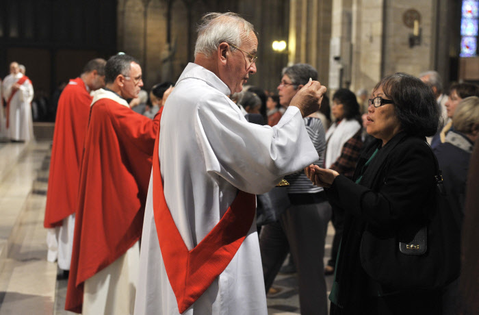 8 octobre 2011 : Un diacre nouvellement ordonné donne la communion lors de sa messe d'Ordination, Cath. Notre Dame, Paris (75) France. October 8th, 2011 : Ordination of permanent deacons, Notre Dame Cath. Paris (75) France.