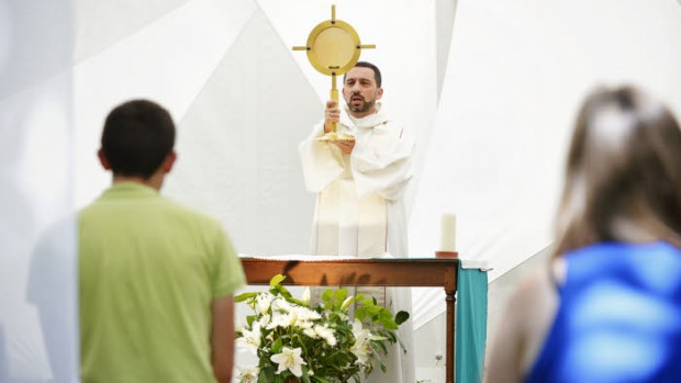 "6 août 2015 : Adoration du Saint sacrement lors du festival ""Welcome to Paradise"", organisé par la communauté du Chemin Neuf, qui a rassemblé 2000 jeunes du monde entier à l'abbaye d'Hautecombe, Eglise de l'abbaye d'Hautecombe, Saint-Pierre-de-Curtille (73), France.  August 6, 2015: ""Welcome to Paradise festival"", 2000 young adults came from around the world to Hautecombe abbey (73), France."