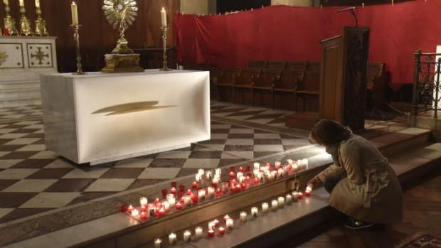 14 Novembre 2015 : Une chapelle ardente pour les victimes des attentats terroristes a été installée dans l'égl. Saint-Denys-du-Saint-Sacrement proche du Bataclan. Paris (75) France.  November 14th, 2015: Burning chapel for the victims of terrorists attacks in Paris. Saint-Denys-du-Saint-Sacrement ch. Paris (75) France.