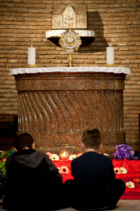 "13 mars 2016 : Des enfants assistent aux 24h de prière, avec adoration du Saint Sacrement, pour fêter les 3 ans de pontificat du pape François. Eglise San Lorenzo in Piscibus au Vatican, Rome, Italie. March 13, 2016: Young boys praying during a 24 hours of prayer for the third anniversary of the pontificate of Pope Francis ""three years with Pope Francis"" in the church of San Lorenzo in Piscibus (Saint Lawrence at the Fish Market) at the Vatican."