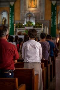 Assemblée lors d'une célébration eucharistique du temps ordinaire.