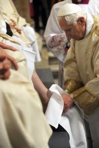 05 avril 2012: Le pape Benoît XVI lors du rite du lavement des pieds, bas. Saint Jean de Latran, Rome, Vatican.