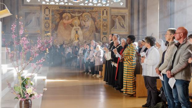 Arbre de Judée, dahlia et feuilles de bergenia. Messe chrismale en la cathédrale de Nanterre.