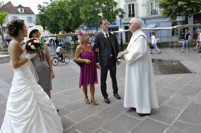 26 juin 2010 : Accueil des époux lors du mariage de Laurène et Alexandre célébré par Francis LAPIERRE, diacre permanent, en l'égl. Saint Pierre Saint Paul, à Rueil Malmaison (92) France. June 26 th, 2010 : Permanent deacon Francis LAPIERRE celebrate the mariage of Laurène and Alexandre in Saint-Pierre-Saint-Paul parish ch. Rueil Malmaison (92) France.