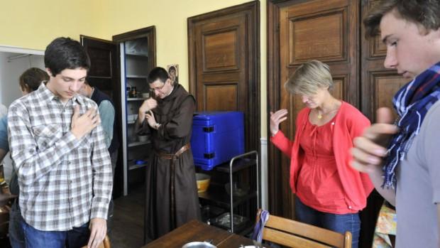 9 juin 2011 : Thibault (à g.) et Simon (à dr.), élèves de terminale S, venus réviser leur bac à l'Abbaye d'Ourscamp, prennent leur déjeuner dans le réfectoire des hôtes pendant les grâces de fin de repas. Ourscamp (60), France.