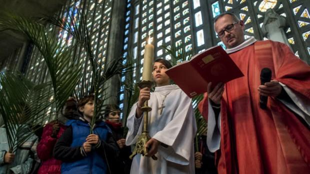 20 mars 2016 : Messe des Rameaux célébrée par le P. Frédéric BENOIST en l'église Notre Dame. Le Raincy (93), France.