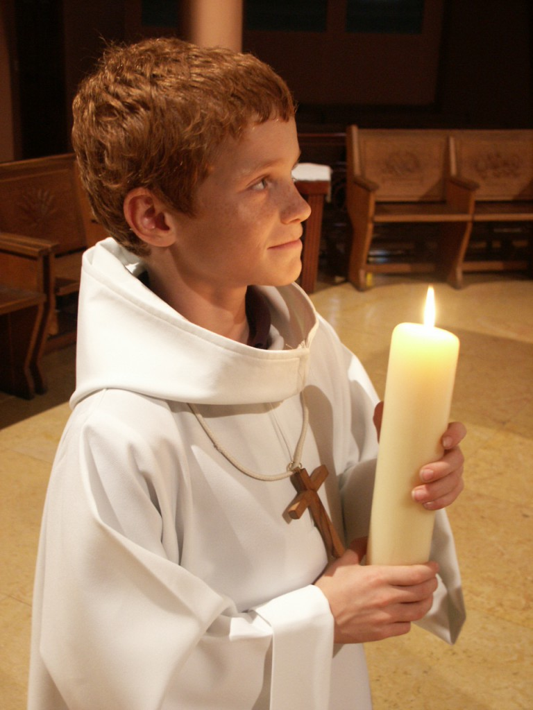 Parmi les servants d'autel, le céroféraire est le, porteur de cierge