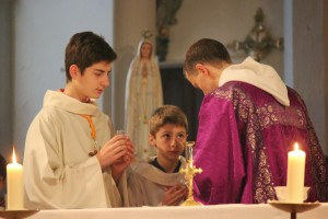 Servants d'autel, au cours de la liturgie eucharistique.