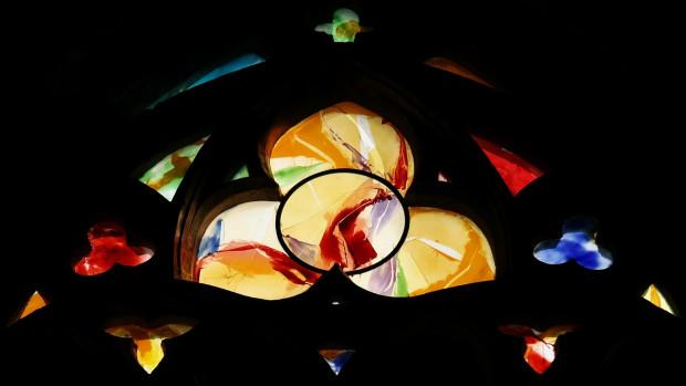 Détail d'un des cinq vitraux créés en 2013 par le Frère dominicain Kim En Joong et l'Atelier Loire de Chartres. Ces verrières ornent les chapelles Saint Joseph et Saint Lambert de la cathédrale Saint-Paul de Liège, sur le thème de la Lumière.