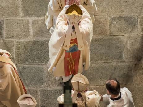 12 avril 2015 : Ordination épiscopale de Mgr Luc CREPY en la cathédrale Notre Dame de l'Annonciation. Imposition des mains par  Mgr Hippolyte SIMON, arch. de Clermont. Le Puy-en-Velay (43), France.  April 12, 2015: Newly ordained bishop Luc CREPY, during an ordination ceremony in Cathedral of Our lady of the Annunciation, Le Puy-en-Velay, France.