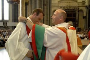 22 juin 2008 : Remise de l'étole, vêtement liturgique, au jeune prêtre lors de son ordination presbytérale en la cath. Notre-Dame de la Treille, à Lille (59), France.