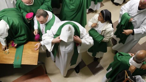 06 novembre 2011 : Préparation des évêques pour la messe présidée par le Cardinal André VINGT-TROIS. Conférence des évêques de France. Lourdes, France