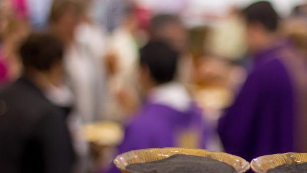 Imposition des cendres sur le front des fidèles, lors du Mercredi des Cendres qui marque l'entrée en Carême.