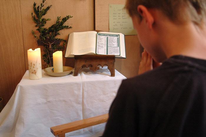 23 mai 2006: Aumônerie, éveil à la foi. Enfant en prière dans la chapelle de l'école. Etablissement scolaire privé Notre Dame de Lourdes à Civrieux d'Azergues (69), France. Catéchisme, prière à la chapelle de l'école.