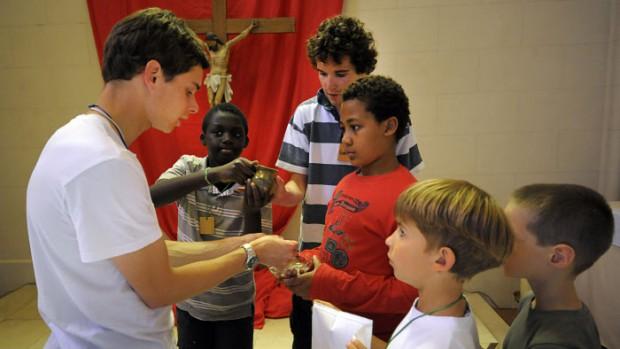 5 juillet 2011: Les enfants apprennent les gestes du service de la messe, lors d'un atelier. Durant une semaine des enfants de 8 à 17 ans accueillent et partagent la Parole de Dieu à l'Ecole de prière de Saint Prix, maison Massabielle, diocèse de Pontoise (95), France.  July 5, 2011: Prayer School of Saint Prix's, diocese of Pontoise (95), France.
