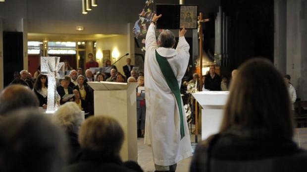 9 octobre 2011: Elévation de l'évangéliaire, lors de la messe célébrée en la cath. Notre Dame de Créteil (94), France.   October 9, 2011: Sunday mass, cath. Notre Dame of Créteil (94), France.