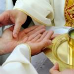 27 juin 2010: Onction des mains d'un ordinand lors de la messe d'ordination sacerdotale au séminaire diocésain de La Castille, Solliès Ville (83), France.  June 27th, 2010: Priestly ordination in the diocesan seminar of Castille, Solliès Ville (83), France.