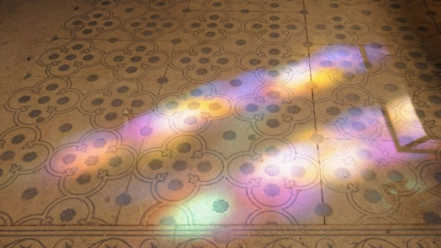 31 mars 2013 : Reflets des vitraux sur le sol de la Basilique Cathédrale de Saint-Denis (93), France.  March 31, 2013: Reflecting of the stained glass on the floor of the Cathedral Basilica of Saint-Denis (93), France.