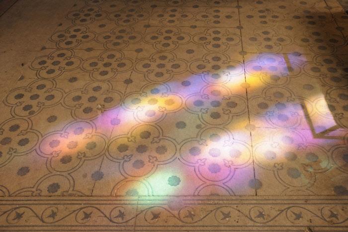 31 mars 2013 : Reflets des vitraux sur le sol de la Basilique Cathédrale de Saint-Denis (93), France. March 31, 2013: Reflecting of the stained glass on the floor of the Cathedral Basilica of Saint-Denis (93), France.