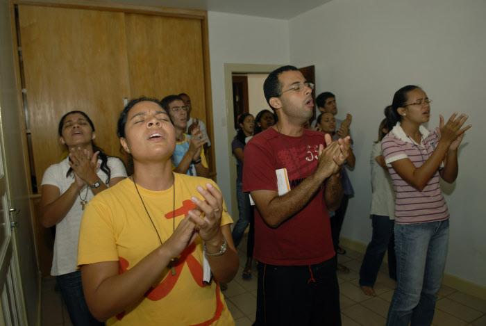 13 mars 2012 : Chaque soir de la semaine, après la messe, des « groupes de prières se forment exprimant souvent avec joie l'amour du Seigneur. La ferveur qui accompagne ces groupes de prières rappelle souvent celle des Evangélistes. Ils ont fait v½u d'obéissance, pour la plupart de chasteté et vivent le plus souvent, dans des maisons communautaires, différentes pour les hommes et les femmes. Salvador de Bahia, Brésil. March 13, 2012: Shalom Community Church, Salvador de Bahia, Brasil.