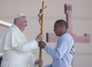 17 février 2016 : Le pape François recevant en cadeau une croix ,offerte par un prisonnier, lors de la visite à la prison Cereso 3 à Ciudad Juarez, Mexique. DIFFUSION PRESSE UNIQUEMENT. EDITORIAL USE ONLY. NOT FOR SALE FOR MARKETING OR ADVERTISING CAMPAIGNS. February 17, 2016: Pope Francis during his visit to the CeReSo n. 3 penitentiary in Ciudad Juarez, Mexico.