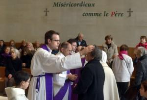 Imposition des cendres lors de la messe des Cendres en l'égl. Saint François de Molitor. Paris (75), France.