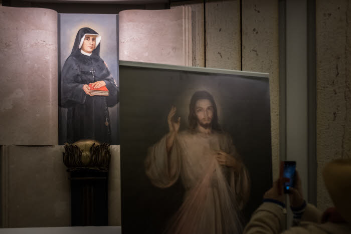 22 mars 2016 : Portrait de Sainte Faustine KOWALSKA, dans une chapelle de la crypte de la Basilique de la Divine Miséricorde, dans le quartier de Cracovie-Łagiewniki. Cracovie, Pologne. March 22, 2016: Portrait of St. Faustina Kowalska, in a chapel located in the crypt of the Basilica of the Divine Mercy in Krakow-Lagiewniki neighbourhood. Krakow, Poland.