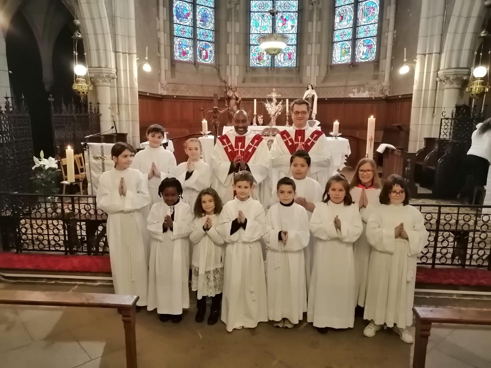 Avec les servants de la paroisse de Saint Just en Chevalet, le P. Philémon, curé et le P. Laurent Jullien de Pommerol, responsable national des servants d'Autel venu soutenir le groupe.