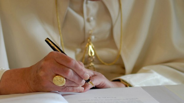 "30 novembre 2007: Benoît XVI signant son encyclique ""Spe Salvi"", Rome, Vatican.  Pope Benedict XVI signs his encyclical."