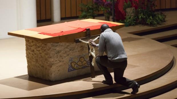18 avril 2014: Adoration du Christ en croix le Vendredi Saint à la paroisse de Notre-Dame du Val (77).