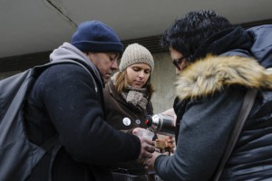 19 mars 2016 : Distribution de boisson chaude lors d'une maraude effectuée par les bénévoles de l'association UNITED, qui retrouvent des sans-abri à la gare de Cergy-Préfecture (95), France. March 19th, 2016: volunteers marauding to help homeless people.Cergy, France.