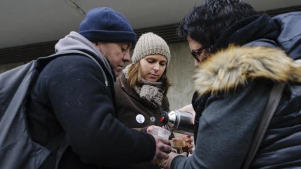 19 mars 2016 : Distribution de boisson chaude lors d'une maraude effectuée par les bénévoles de l'association UNITED, qui retrouvent des sans-abri à la gare de Cergy-Préfecture (95), France.                                                           March 19th, 2016: volunteers marauding to help homeless people.Cergy, France.