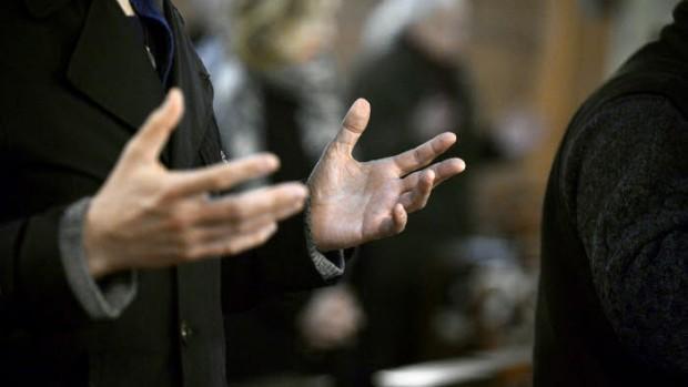 """1 mars 2017 : Geste lors de la prière du """"Notre Père"""", durant la célébration de la messe des Cendres. Paroisse Saint-Denys du Saint-Sacrement, Paris (75), France."""