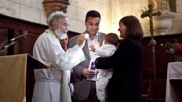 04 avril 2010: Le P. Michel ROBICHON, prêtre de campagne, lors de la messe de Pâques au cours de laquelle 4 enfants ont été baptisés, Corné (49), France.