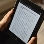 24 mars 2014 : Personne lisant la Bible sur une tablette numérique, Paris (75), France.  March 24, 2014: Reading of the Bible on a digital tablet. Paris (75), France.