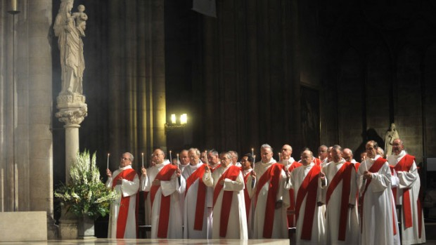 8 octobre 2011 : Diacres assistant à l'ordination de sept nouveaux diacres permanents en la Cath. Notre-Dame, Paris (75), France.