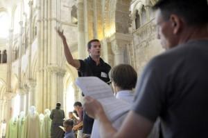 2-3 juillet 2011: Messe dominicale rassemblant les 850 pères et les paroissiens dans la basilique Sainte Marie Madeleine, lors du pèlerinage des pères de famille à Vézelay (89), France. July 2-3, 2011: Sunday mass in basilica Sainte Marie Madeleine, fathers pilgrimage in Vezelay (89), France.