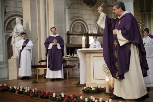 27 novembre 2016 : Bénédiction des couronnes de l'Avent par Mgr de SINETY, vicaire général lors de la messe dominicale, le premier dimanche de l'Avent. Eglise Saint-Ambroise, Paris (75), France.