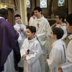 27 novembre 2016 : Célébration de la messe dominicale, 1er dimanche de l'Avent. Prêtre entouré des servants de messe. Paroisse Saint-Ambroise, Paris (75), France.