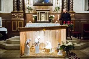 8 décembre 2016 : Crèche devant l'autel dans l'église Notre Dame de l'Assomption à Montesson (78), France.