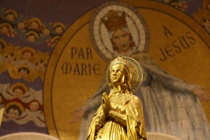 Aout 2008: Statuette de la Vierge, bas. Notre-Dame du Rosaire, Lourdes (65), France.