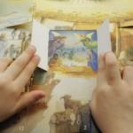 14 décembre 2013 : Mains d'enfant ouvrant les fenêtres d'un calendrier de l'avent. Paris (75), France.  December 14, 2013: child hands on advent calendar. Paris (75), France.
